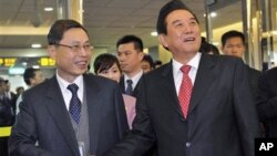 Chen Yunlin, right, China's top negotiator with Taiwan, shakes hands with his Taiwanese counterpart Chiang Pin-kung as he arrives at the Taoyuan International Airport in Taoyuan, northern Taiwan, February 23, 2011