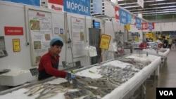 莫斯科的許多超市中現在已不見進口三文魚,食品品種也大幅減少。(美國之音白樺攝)