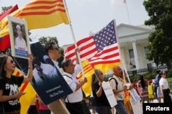 Cộng đồng người Việt ở Mỹ biểu tình trước Tòa Bạch Ốc phản đối chuyến đi này của Nguyễn Phú Trọng và nói lên lập trường, quan điểm đối với chế độ CSVN hiện nay, đồng thời đòi hỏi chính phủ Hoa Kỳ đặt điều kiện nhân quyền, tự do dân chủ trong mọi cuộc đối thoại với Hà Nội.