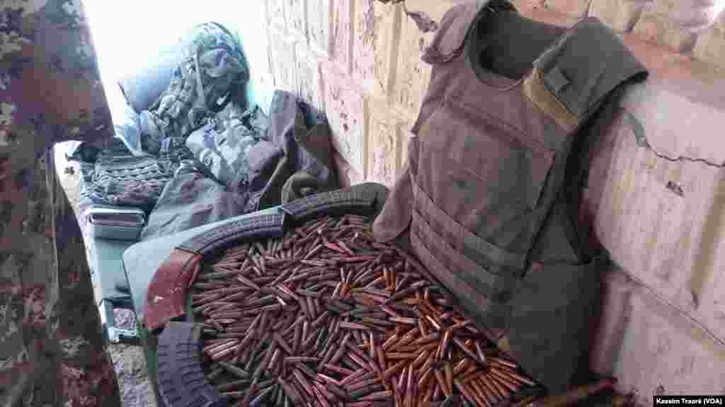 Découverte d'un important lot d'armes de guerre et de munitions à Tombouctou, Mali, le 30 août 2016. (VOA/Kassim Traoré)