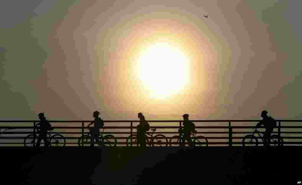 Boqotada velosipedçilər.