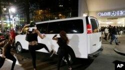 北卡罗来纳州夏洛特市的示威者踢警车(2016年9月21日))
