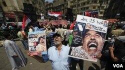 Para demonstran di lapangan Tahrir, Kairo (foto: dok.).