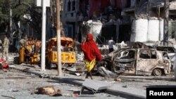 A Somali woman walks in front of Hotel Ambassador on Maka Al Mukaram Road in Somalia's capital Mogadishu, June 2, 2016.
