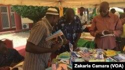 Stand des ouvrages en langues maternelles, à Conakry, en Guinée, le 23 avril 2017. (VOA/Zakaria Camara)