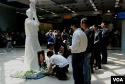第二屆臨時六四紀念館在前中共總書記胡耀邦逝世24周年紀念日正式開幕,支聯會舉行獻花儀式