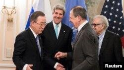Sekjen PBB Ban Ki-moon, Menlu AS John Kerry, Menlu Rusia Sergei Lavrov dan Perwakilan khusus untuk Suriah Lakhdar Brahimi (kiri ke kanan) menyapa satu sama lain di Munchen.