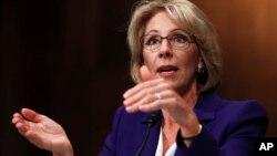Betsy DeVos enfrenta una fuerte oposición de los sindicatos de maestros.