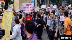 Người dân đi biểu tình phản đối dự luật về đặc khu tại Hà Nội vào ngày 10/6/2018.