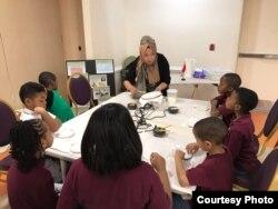 Wita Salim, mengajarkan batik kepada anak-anak SD di Washington, D.C (dok: Wita Salim)