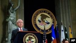 El fiscal general de EE.UU., Jeff Sessions, habla durante una Cumbre de Libertad Religiosa en el Departamento de Justicia, el lunes 30 de julio de 2018. Sentado a la derecha está el vicefiscal general Rod Rosenstein. (Foto AP / Manuel Balce Ceneta)