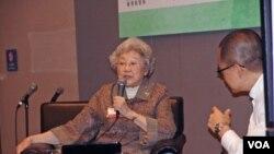 中國著名國際問題學者資中筠(左)在會場內舉行討論會。(丁力)