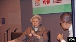 中国学者资中筠(左)在香港书展的讲座中谈论中国(2012年7月18日,美国之音丁力拍摄)