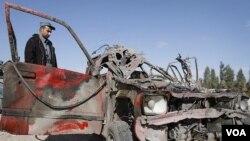 Polisi Afghanistan memeriksa kendaraan yang dipakai dalam serangan bunuh diri di luar bandara Jalalabad, Afghanistan (27/2).