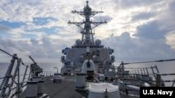 美國海軍本福德號導彈驅逐艦2021年7月12日在南中國海執行航行自由行動。 (美國海軍推特)