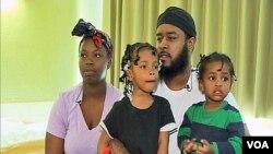 Donnel Harris, vợ và 2 con đến ở trong trung tâm tạm trú