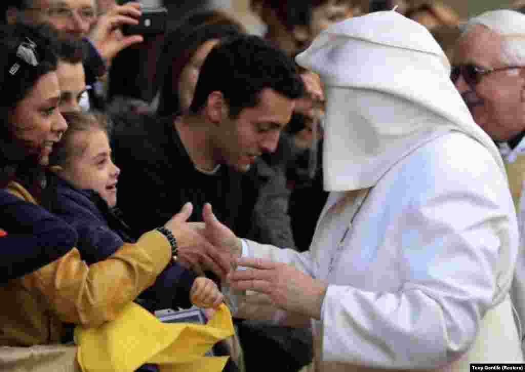 هنگام معارفه با گروهی از کاتولیکها در کلیسای سانتا ماریا دلا پروویدنزا در مراسم پنجشنبه مقدس – رم، ۲۸ فروردین ۱۳۹۳