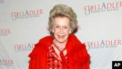 FILE - Aktris Dina Merrill saat menghadiri acara Stella Ke-4 Starlight di New York, 17 Maret 2008, Merrill meninggal minggu ini pada usia 93 tahun.