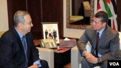 Menhan Israel Ehud Barak (kiri) saat bertemu Raja Yordania, Abdullah di ibukota Amman hari ini.