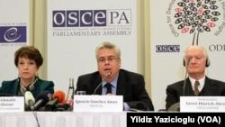 Türkiye'deki seçimlerle ilgili bir ön rapor sunan AGİT gözlemci heyeti Ankara'da açıklama yaparken