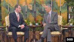 美国国防部长卡特(左)2015年5月出席香格里拉对话期间会见新加坡总理李显龙