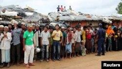 Para pengungsi Rohingya menunggu kedatangan Sekjen PBB Antonio Guterres dan Presiden World Bank Jim Yong Kim yang berkunjung ke kamp Kutupalong, Cox's Bazar, Bangladesh 2 Juli 2018 lalu (foto: dok).