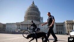 Policijska patrola ispred Kapitola uoči povratka zakonodavaca posle vikenda obeleženog terorističkim napadima u Francuskoj, 16. novembra 2015.