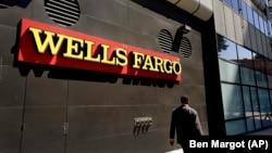 行人走过富国银行美国加州奥克兰办公室