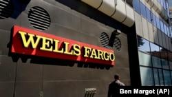 Bagian depan kantor bank Wells Fargo di Oakland, California.