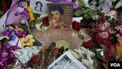 """Nama """"Elizabeth Taylor"""" pada Hollywood Walk of Fame di Los Angeles dipenuhi dengan karangan bunga."""