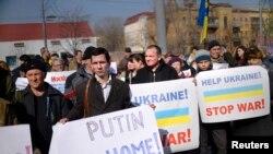 """3月7日示威者在俄罗斯驻乌克兰大使馆前举行反战集会,标语上写着""""普京回家去"""""""