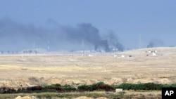 17일 이라크 군이 ISIL의 거점인 모술 탈환작전에 돌입한 가운데, 모술 외곽에서 연합군의 지원 공습으로 연기가 피어오르고 있다.