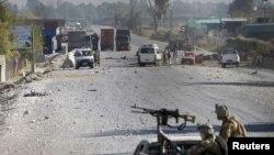 جلال آباد میں اتوار کی صبح طالبان جنگجوؤں نے امریکہ اور اتحادی افواج کے زیر استعمال ایک فضائی اڈے پر حملہ کیا