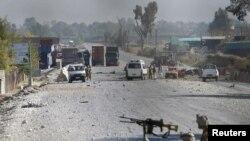 阿富汗安全部隊檢查在賈拉拉巴德被自殺炸彈手攻擊的地點