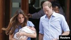 شہزادہ ولیم اور شہزادی کیٹ اپنے نومود بیٹے کے ہمراہ