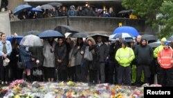 人们在恐袭地点附近向伦敦桥和博罗市场遇难者默哀一分钟。(2017年6月6日)