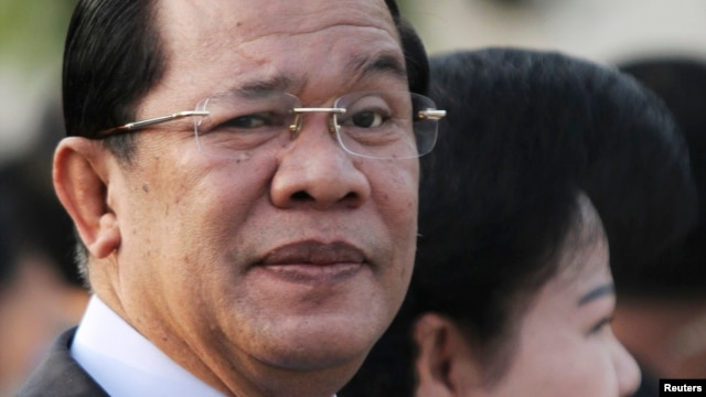 FILE - Cambodian Prime Minister Hun Sen (L) at Koh Pich island in Phnom Penh