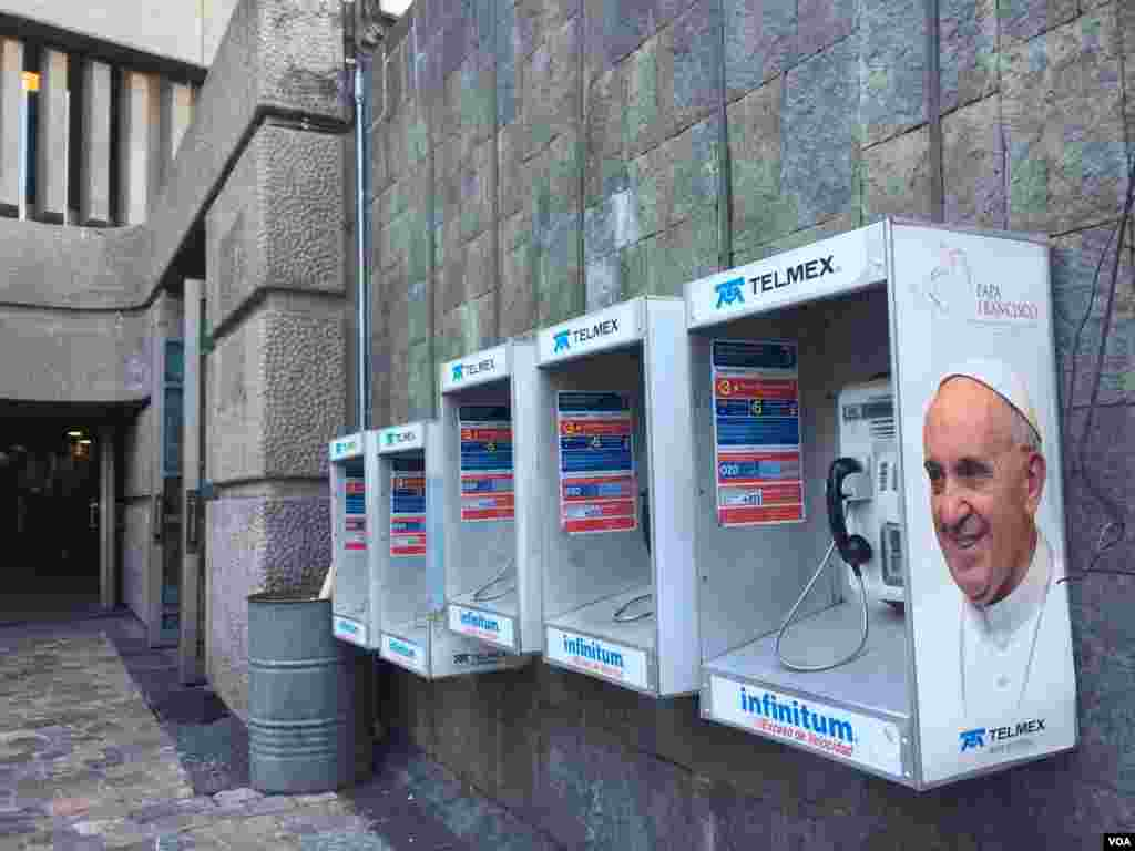 Images of Pope Francis are plastered all over Mexico City. (C. Mendoza/VOA)