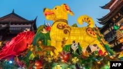 Lồng đèn Mậu Tuất cao 9 mét được trưng bày ở Thượng Hải trong không khí đón mừng năm mới.