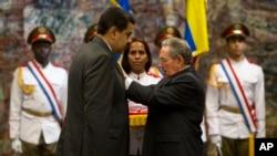 El presidente cubano, Raúl Castro, condecora con la Orden José Martí al mandatario venezolano, Nicolás Maduro, en La Habana, el viernes, 18 de marzo de 2016.