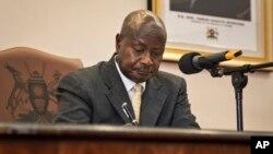 요웨리 무세베니 우간다 대통령이 지난 24일 반동성애 법안에 서명하고 있다.