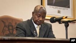 Presiden Uganda Yoweri Museveni menandatangani UU Anti-Gay yang berisi hukuman berat untuk kaum homoseksual (24/2/2014). Namun UU tersebut dibatalkan karena dianggap salah prosedur.