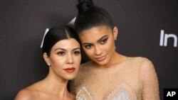 Kourtney Kardashian à esquerda, com a irmã Kylie Jenner