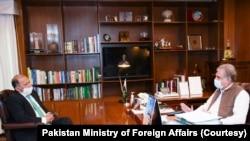 巴基斯坦驻阿富汗大使曼苏尔·艾哈迈德·汗与巴基斯坦外长交谈。