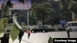 福建三明市一紅衣女子奔向習近平車隊(視頻截圖)