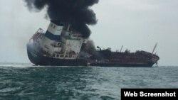 Tàu Au Lac Fortune bị cháy ở Hong Kong ngày 8/1/2018. Photo Hong Kong Police.