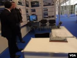 """在克里米亚的""""海洋""""造船厂展台上,展示有向中国出售的欧洲野牛型气垫登陆舰的模型和图片 (美国之音白桦)"""
