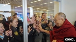 2016年11月23日,在蒙古国乌兰巴托的成吉思汗国际机场准备乘机前往日本的达赖喇嘛与信众挥手告别。