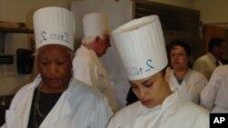 加州圣马特奥郡的领导人(左)和监狱犯人一起烹调