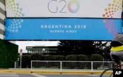Spanduk KTT G20 di Costa Salguero Center, Buenos Aires, Argentina, 27 November 2018.